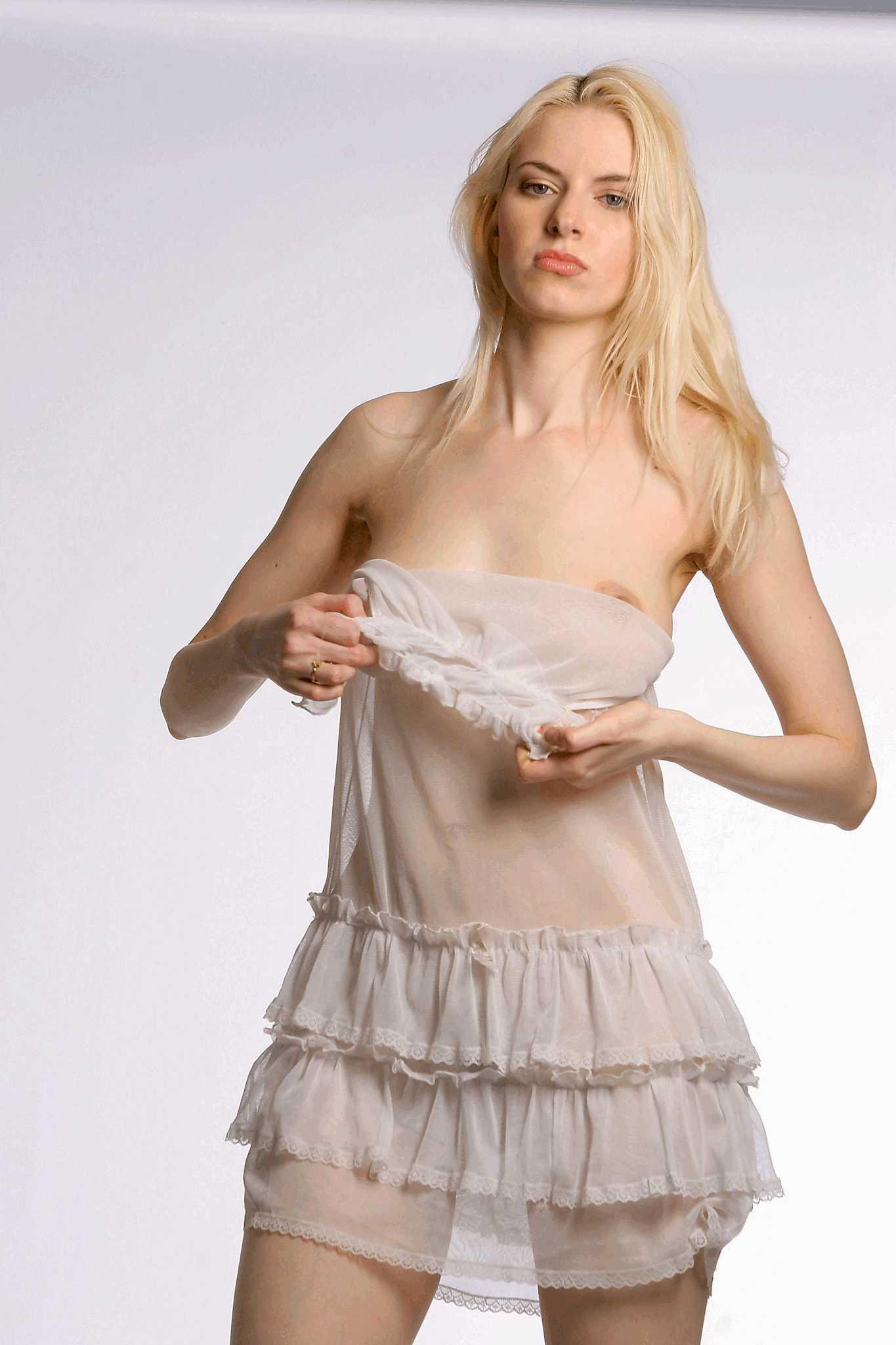 Через платье видно сиськи 3 фотография