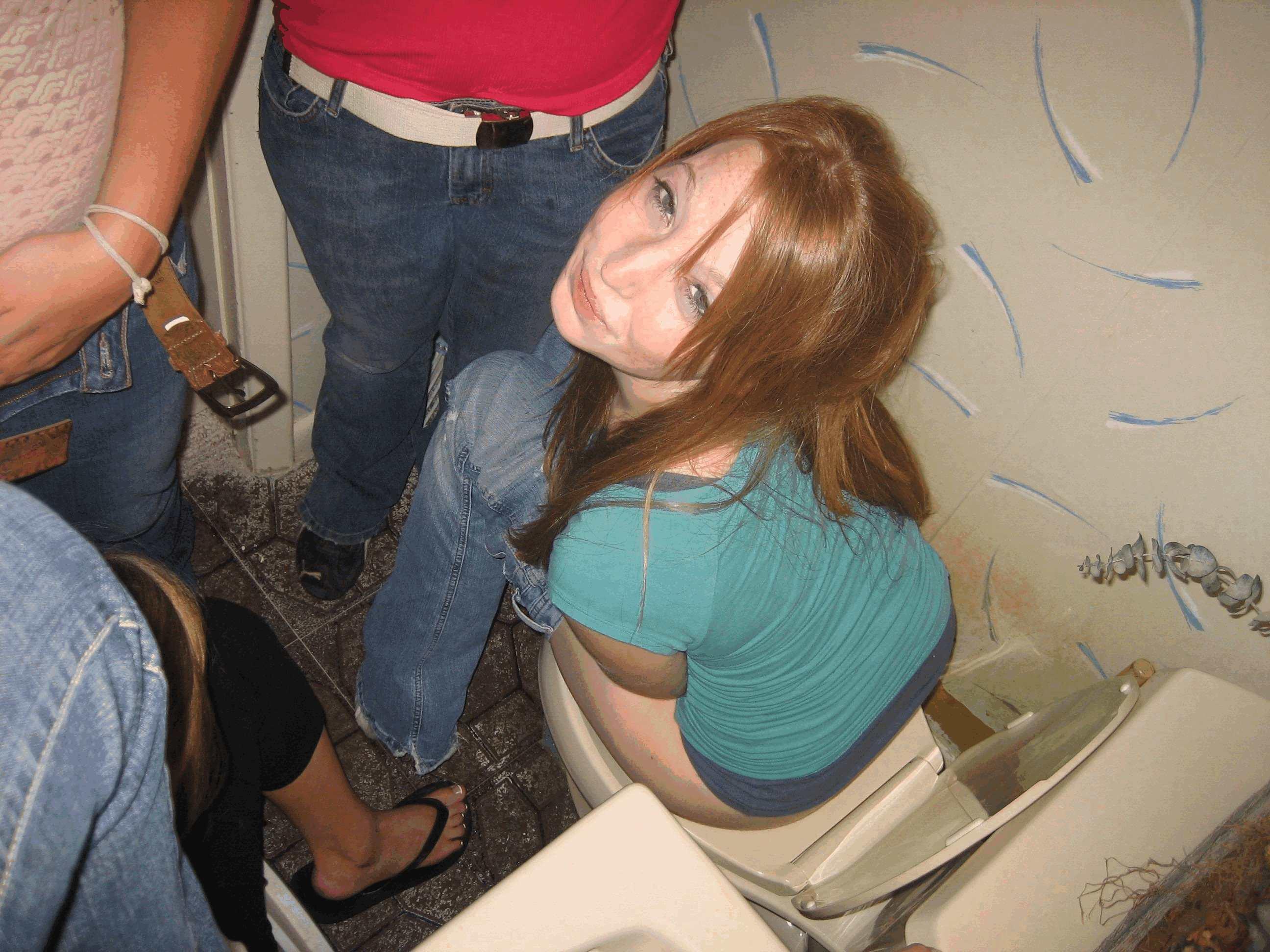 Фото скрытая девушки писают в туалете 4 фотография