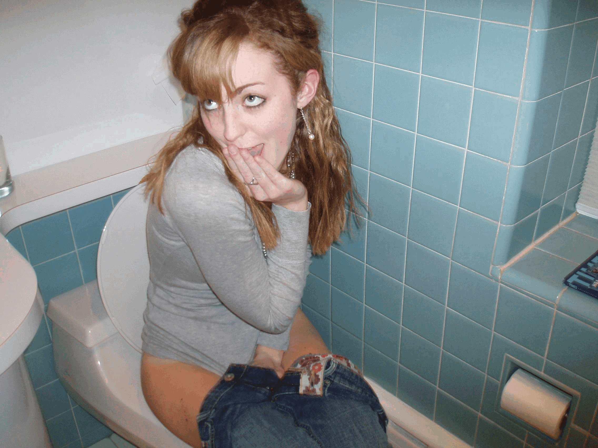 Фото писают в туалете девочки 12 фотография