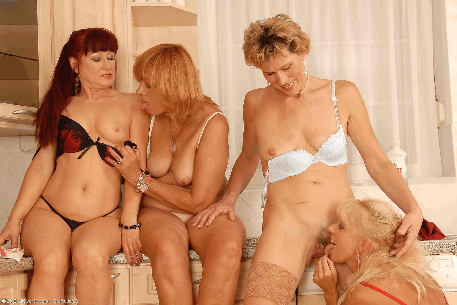 Смотреть онлайн зрелые лесбиянки 21 фотография