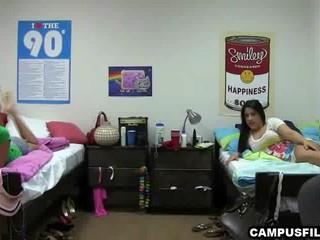 Две Студентки В Одиночестве В Своей Комнате Показывая Их Органов