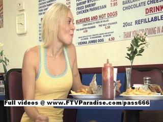 Кейт Изумительная Блондинка Мигает В Общественных