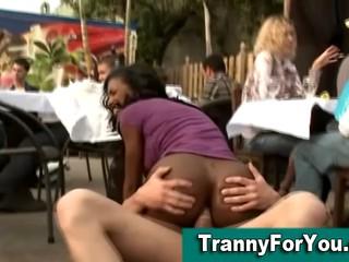 Черный Tranny Сосет Член А Трахаются