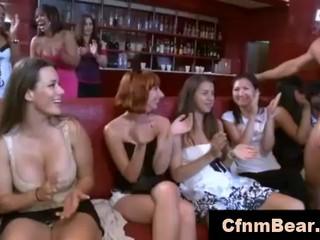 Любительские младенцами На CFNM минет вечеринку В Клуб CFNM