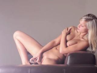 Очаровательная Пышногрудая Блондинка С Использованием Стекла Фаллоимитатор