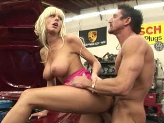 Грудастая Блондинка Совокуплялись Над Автомобилем