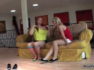 Блондинка И Брюнетка Подростка Любящих Друзей