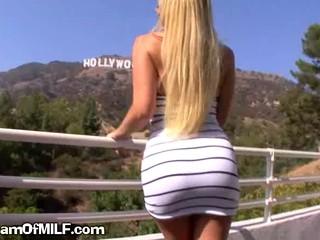 Сексуальный И порочная Блондинка МЕНСТРУАЦИИ Демонстрирует Большие сиськи на Улице