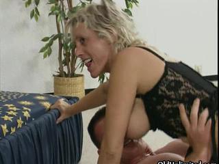 Противно Зрелая Блондинка Шлюха Ездит На Жесткий Петух По OldUnlimited