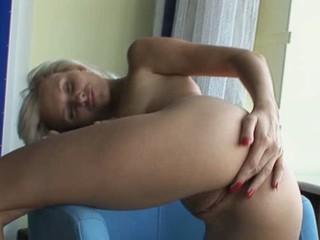 Красивая Блондинка Любит Себя На Диван