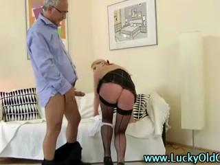 Пожилой Мужчина Трахает Блондинку В Мини-Юбке И Чулках