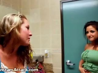 Brunette Лесбиянок Отстой Big Tit Блондинка Девушкой На Улице