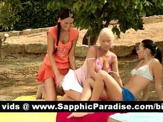 Непослушный Brunette И Блондинки Лесбиянки Целоваться И Раздеваться В Три Пути Лесбийские Оргии