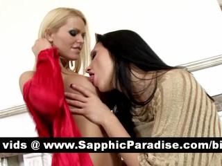 Восхитительная Блондинка И Brunette Лесбиянок Целуя И Облизывая Придурок