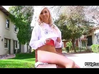 Симпатичная Блондинка Подросток Девушку Показывая Ей