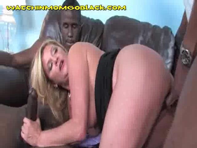 Блондинка Мама Имеет Два Огромных Черных Петухов