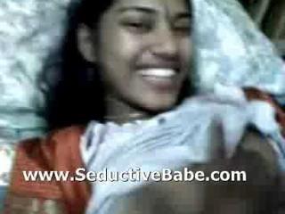 Мумбаи Недавно Женившийся Девушка Лежащая Обнаженной И Грудь Прижимается К Мужу..