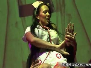 Грязные Brunette Медсестра Dancig И Показывая