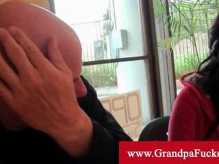 Дедушка Сосать Brunette Ноги