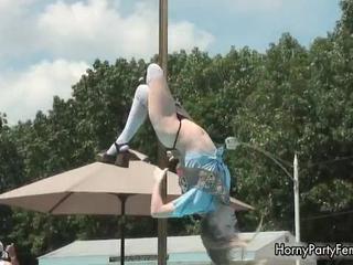 Очень Мило И Сексуально Озабоченная Девушка Танцует На Сцене И Делает Сексуальные Полюс Танцы В Обще
