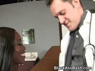 Большой Добычей Черного Медсестра Сосет Белый Дик