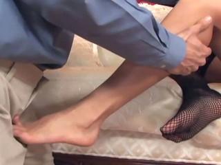 Басти Brunette Дает Очень Сексуально Footjob В Нижнем Белье