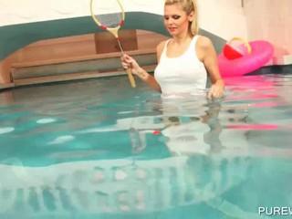 Спортивный Лесбос Промокнуть В Бассейне