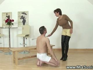 Конный Slave Позволяет Прикасаться К Ее Телу