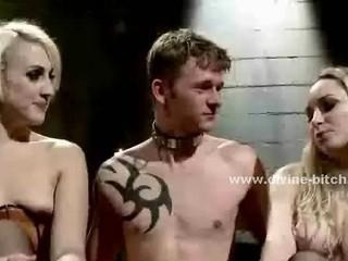 Копытный И Татуированной Покорный Человек Получает Выпороли И Трахает Двух Красивых Женщин