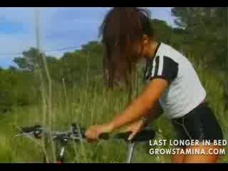 Милые Велосипедист Трахает Добрый Самаритянин