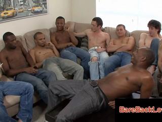 Застенчивый Глядя Gay Входит В Комнату Полную Парней И Начинает Сосать