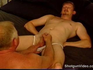 Крепких Молодых Чувак Получает Шаров Врезался В Короткие Белые Пожилых Человека.