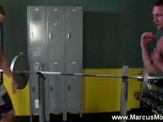 Тренажерный Зал Ребята Работать На Специальных Мышц За День