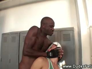 Черный Мастер Делает Его Съесть Его Jockstrap