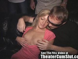 Миниатюрная Девушка Имеет Групповой Секс В Чахлого Порно Кинотеатр