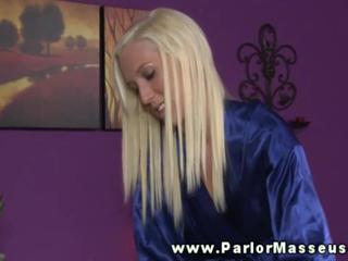Блондинка Массажистка Приветствует Ее Клиентов