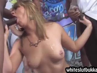 Блондинка Зажимают На Черного Мяса