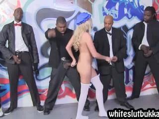 Симпатичная Блондинка Получает Gangbanged