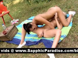 Ангельский Блондинка И Brunette Лесбиянок Облизывая И Пальцами И Играли Киску И Имея Лесбийский Секс