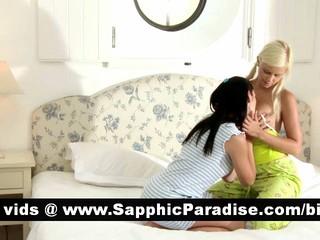 Непослушный Брюнетки И Блондинки Лесбиянки Целуя И Облизывая Соски И Имеющие Секс Лесбиянок