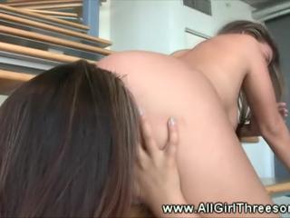 Sexy Babes В Горячей Устные Поезд На Лестнице