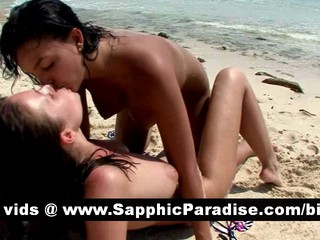Милые Brunette Лесбиянок Лизать Киски И Имеющие Лесбийский Секс На Пляже