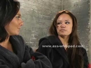 Сексуальная Женщина-Полицейский Унижает И Связывает Азиатского Женщина Которая Получает Arested