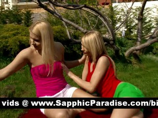 Великолепная Блондинка Лесбиянок Облизывая И Теребит Киску И Имеющие Открытый Лесбийский Секс