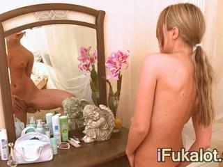 Плотный Блондин Перед Зеркалом