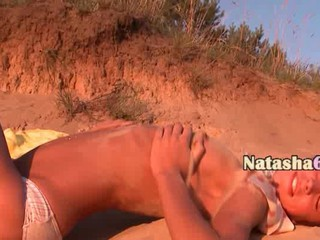 Sexy Teen Позирует На Очаровательном Пляже