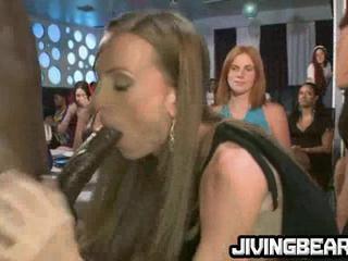 Пьяные Девушки Любят Чтобы Высосать Молодой Петух