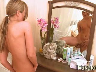Крепко Блонди Перед Зеркалом