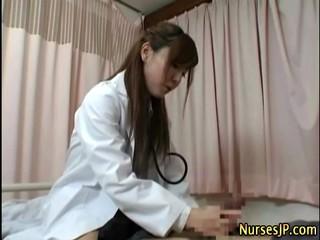 Азиатская Женщина-Врач Посещение Пациента