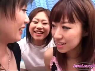 2 Азиатские Девушки Целуют Плевал Сосать Языках Чтобы Их Сиськи Потер Школьница На Диване